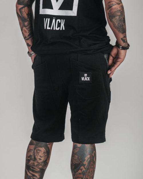 Pantalón Corto VLÄCK Negro compuesto por materiales ecológicos. Cintura elástica con cordones, parche cosido Vläck en bolsillo trasero.