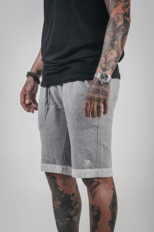 Pantalón Corto Gris VLÄCK, realizado con materiales ecológicos. Cintura elástica con cordones, logo bordado en color blanco con logotipo VLÄCK