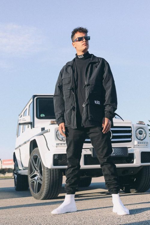 Chaqueta negra táctica VLÄCK es potente, práctica y una verdadera intérprete dentro de la moda urbana. Contiene bolsillos de varios tamaños.