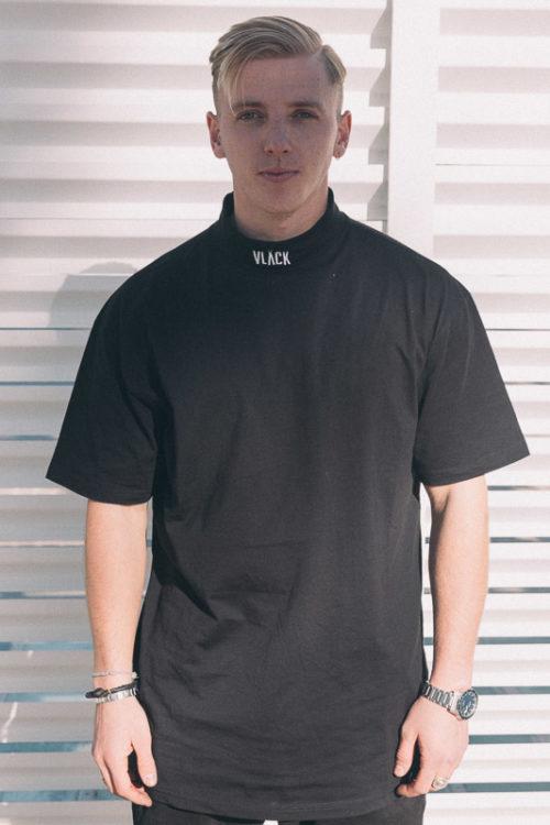 La Camiseta Cuello Alto VLACK extragrande el tejido de punto suave garantiza una gran comodidad de uso. Una camiseta elegante y urbana.
