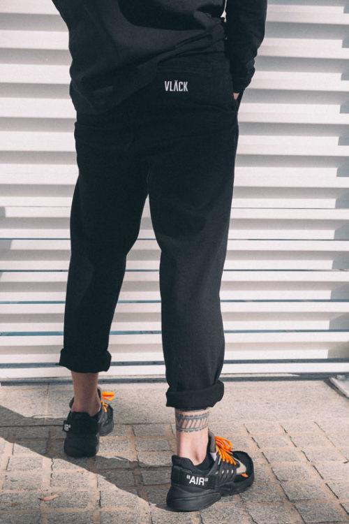 Pantalón Jogging VLÄCK en suave sarga de algodón organico y con botón y cremallera en la cintura, así como bolsillos laterales y traseros,