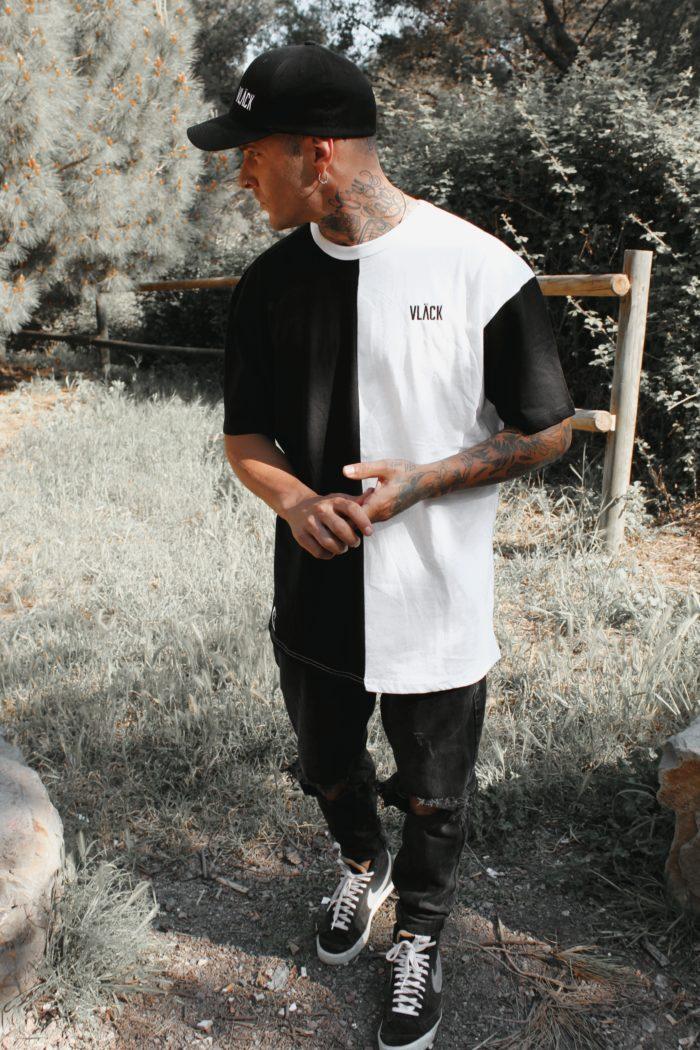 Camiseta Vlack Apparel Mixed oversizede algodón orgánico negra y blanca, es casual, súper cómoda y complementa perfectamente cualquier outfit